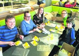 Mitglieder des Lions Clubs Göttinger 7 und Hainberg sowie der Leos verpacken die gelben Flitzer für das diesjährige Entenrennen. Termin ist diesmal der 20. Juni – gleich vormerken! Foto: EF