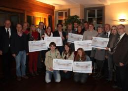 """Dank an Sponsoren und Entenrennen-Fans: """"Duckrace-Manager"""" Dieter Olowson (l.), Lions-Mitglieder, Spenden-Empfänger. (Foto: Eggers)"""